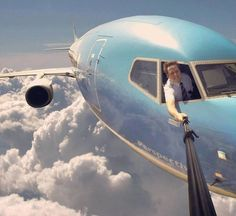 Collection of 6 Best Selfies Ever taken on the earth or in the space. Top 6 most dangerous selfies images which you find amazing and funny. Selfie in space. Haha, Aviation Humor, Foto Fun, Foto Real, Poker Online, Humor Grafico, Photomontage, Gopro, Funny Photos