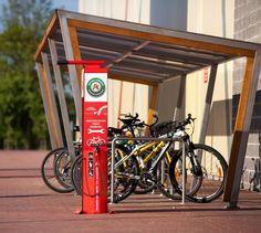 Stort offentlig sykkelverksted med sykkelpumpe, med mulighet å henge opp sykkelen Sykkelverkstedet kan enkelt plasseres i offentlige miljøer for å hjelpe syklister i tilfelle uplanlagte sykkelproblemer. Monteres gjerne i forbindelse med en offentlig sykkelparkering, et typisk sykkelområde, idrettspark, arbeidsplass, kjøpesenter, skole el.  Sykkelverkstedet er også egnet i private miljøer, for eksempel hos arbeidsgivere eller i boligblokker, der syklister ønsker å utføre enklere reparasjoner.