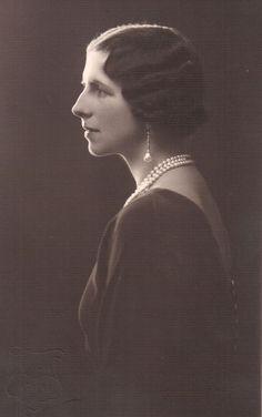 Regina mama Elena of Romania, neé princess of Greece. Greek Royalty, Greek Royal Family, Royal House, Lady And Gentlemen, Eastern Europe, Greece, Mona Lisa, Daughter, Statue