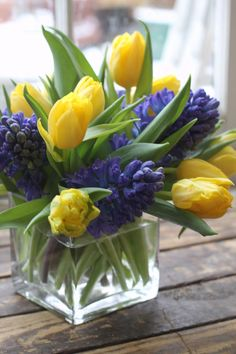 Flower arrangement with yellow tulip blue hyacinth spring flowers Tulpen Arrangements, Spring Flower Arrangements, Beautiful Flower Arrangements, Floral Arrangements, Fresh Flowers, Beautiful Flowers, Blue Spring Flowers, Easter Flowers, Simple Flowers