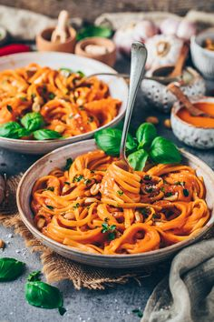 A simple recipe for pasta with paprika sauce – this vegan pasta sauce is incredibly creamy, healthy, delicious and perfect for lunch or dinner! You only need 10 ingredients to prepare this quick dairy-free pasta dish! Vegan Pasta Sauce, Creamy Vegan Pasta, Pasta Sauce Recipes, Pasta Dinner Recipes, Paprika Sauce, Law Carb, Sauce Au Poivre, Roasted Red Pepper Pasta, Healthy Recipes