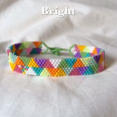 À la main une perle à un bracelet en temps peyote stitch. Choisissez vos couleurs et largeur ! Chaque bracelet est fait avec neuf couleurs