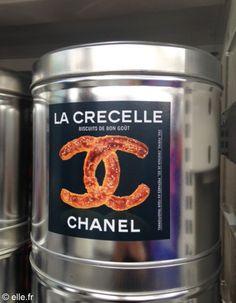 """Karl Lagerfeld à imaginé de faire se dérouler le défilé CHANEL automne Hiver 2014 - 2015 dans un décor de supermarché. Le luxe au quotidien ! l'invitation annonçait """"Chanel shopping center"""". Ici des bretzels revisités par la marque."""