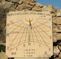 """Cadran solaire vertical de Verrière-le-Buisson (91) France indiquant l'heure solaire.L'équation du temps est représentée par la courbe en huit qui chevauche la ligne de midi.7 arcs diurnes ont été gravés sur le cadran. Sa devise est de Léonard de Vinci, transcrite en italien """"Niente è intelligibile senza ombre e luce"""" signifie """"Rien n'est intelligible sans ..."""