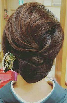 What's the Difference Between a Bun and a Chignon? - How to Do a Chignon Bun – Easy Chignon Hair Tutorial - The Trending Hairstyle Easy Chignon, Chignon Hair, Braided Bun Hairstyles, Easy Hairstyles, Long Thin Hair, Long Hair Cuts, Hair Arrange, Haircuts For Fine Hair, Short Hair Styles Easy