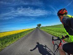 #kolarstworzepakowe  w majowym wydaniu. Sobotni mały trip #szosa   #bluesky #yellow #spring  #sun #rzepak #cycling #roadcycling #roadbike #gopro #goprohero5black #gp5b #hero5  #strava #proveit #cycling #bikestagram #cyclingphotos #cyclingpics #stravaphoto #outsideisfree #fromwhereiride #roadporn #lightride