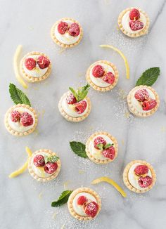 Creamy no bake white chocolate lemon cheesecake tarts, topped with your favorite fresh fruit, mint, and a dusting of powdered sugar. Impressive and easy! Thanksgiving Desserts Easy, Easy Summer Desserts, Mini Desserts, Dessert Recipes, Party Recipes, Holiday Recipes, Individual Cheesecakes, Mini Cheesecakes, Mini Tartlets