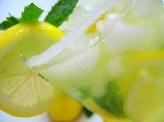 Limonada para tener un vientre plano y bajar de peso Ingredientes 2 litos de agua Medio pepino (el que se usa para las ensaladas) 2 limones 10 hojas de menta Ralladura de jengibre (si no te gusta, puedes eliminarlo de la limonada)