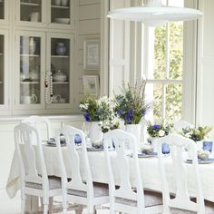 Having lots of people over for Sunday lunch? Choose a palette of white and blues - picked up in the tableware and floral arrangements - to create a beautiful dining room display