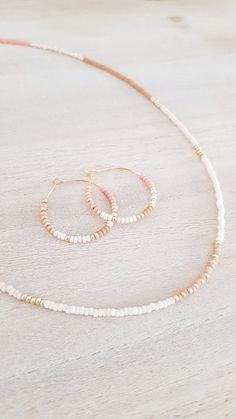 Ketting Mila   koraalroze - cognac - roze   ❤ Loved By Me ❤  € 16,95  Mooi! Jewelskorte ketting met Miyuki Beads. Combineer deze met de bijpassende oorbellen vanMooi! Jewels.  Kleur: - Goud - Zilver  🖤 Loved By Me 🖤  Let op: - Dit item wordt speciaal voor jou gemaakt en kan niet geruild worden. - Levertijd ongeveer 4 werkdagen.  #lovedbyme #liefsvanmij #ketting #kettingen #armband #armbandje #armbanden #musthave #musthaves #musthaveitem #musthavefashion #musthavesieraad #beauty… Summer Bracelets, Summer Necklace, Summer Jewelry, Diy Necklace, Necklace Designs, Seed Bead Jewelry, Cute Jewelry, Beaded Jewelry, Diy Beaded Rings