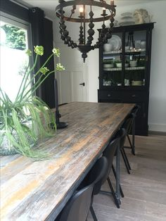 Eetkamertafel, zwarte eetkamerstoelen, hang lamp, linnen gordijnen, eikenhouten vloer en styling by DHome