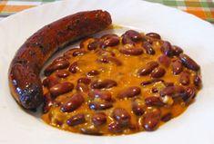 A csütörtöki ebédet is a gyorsaság jegyében főztem, ill. sütöttem. A babkonzerv nagyon jó találmány, főleg ilyen kicsi – kétszemélyes – háztartásban, mint a miénk is. Mert tulajdonképpen nem nagy ügy megfőzni a babot, idő ugyan kell hozzá, de nem nagyon kell közben… Sausage, Beans, Favorite Recipes, Vegetables, Food, Meal, Sausages, Beans Recipes, Essen
