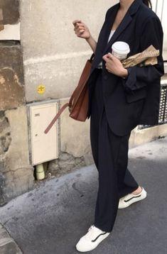 Ein maskuliner schwarzer Anzug, kombiniert mit einer hellbraunen Tasche und wei… A masculine black suit combined with a tan bag and white sneakers – winter clothing Mode Outfits, Winter Outfits, Casual Outfits, Fashion Outfits, Womens Fashion, Fashion Trends, Office Outfits, Black Outfits, Casual Blazer