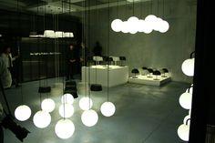 パナソニック電工は、イタリア・ミラノで開催された世界最大のデザインイベント「ミラノサローネ」にて、同社が展示した照明をテーマした空間を、東京の同社ショウルーム1階にて再現、9月19日より展示すると発表した。    同社がミラノサローネ期間中にミラノ市内にて公開した、照明器具がテーマの展示「(standard)3」を、東京にて再現するイベント。展示では、プロダクトデザイナーの深澤直人氏による照明器具「MODIFY(モディファイ)」をはじめ、音と連動して体に心地よい揺れや振動を与える新コンセプトのマッサージチェア「RELAXATION LOUNGER(リラクゼーション ラウンジャー)」や、MODIFYの球形タイプを散りばめたエントランス「光の海」など、実際に現地で公開された空間を改めて展示する。    会場は、パナソニックのショウルーム「パナソニック リビング ショウルーム東京」の1階。 こちらはミラノサローネ現地にて展示された会場のようす。同社の照明器具「MODIFY」が数多く並んでいる