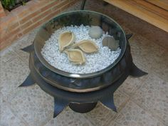 Interesting idea for a tire table. Tire Table, Tire Furniture, Décor Ideas, Dog Bowls, Recycling, Crafts, Decor, Log Projects, Recycled Tires