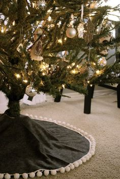 I think I might be due for a new tree skirt this year.  This one is so simple and gorgeous!!!