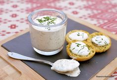 Sos de brânză albastră cu mucegai - rețeta de blue cheese dip (la rece) | Savori Urbane Kfc, Gordon Ramsay, Barbecue, Camembert Cheese, Pudding, Ethnic Recipes, Desserts, Food, Alice