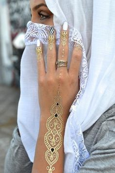If you are looking for bridal mehndi designs for your wedding, then check out these top 30 mehandi images for some inspiration. Right from a simple mehndi design to an elaborate bridal henna design, you'll find it in here! Henna Hand Designs, Simple Mehndi Designs, Henna Tattoo Designs, Gold Henna, White Henna Tattoo, Henna Kunst, Henna Art, Hena, Latest Bridal Mehndi Designs