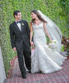 Oscar de la Renta | Real Wedding Inspiration | PreOwned Wedding Dresses #wedding #mybigday