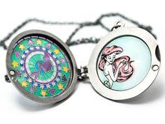 Colar Disney A Pequena Sereia, contém um lindo medalhão estilo vitral. Ao abri-lo contém um desenho da Ariel.