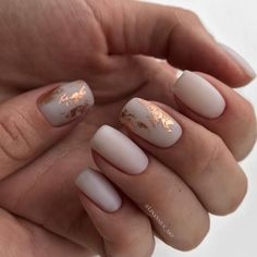 False nails have the advantage of offering a manicure worthy of the most advanced backstage and to hold longer than a simple nail polish. The problem is how to remove them without damaging your nails. Ivory Nails, Nude Nails, Matte Nails, Acrylic Nails, Matte Gold, Nail Manicure, Pink Nails, White Gold Nails, Rose Gold Nails