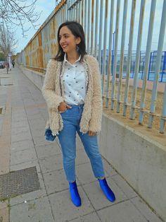 @cris_casual #blog #fashion #fashionblogger #girl #look #lookoftheday #outfit #winter #streetstyle #inspiration #whatiwore #whiteshirt #momfit #denim #blueboots #velvetboots #velvet