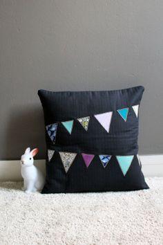 Housse de coussin fanions : Chambre d'enfant, de bébé par de-fil-en-avril. Pillow cushion with bunting flags.