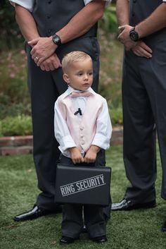 Ringträger als Ring-Security || Foto von Corner House Photography | hochzeitsplaza.de/real-weddings/stimmungsvolle-gartenhochzeit | Real Wedding