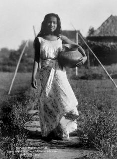 Filipina carrying a clay pot, Philippines, September 1925 Philippine Mythology, Philippine Art, Philippine Women, Filipino Art, Filipino Culture, Filipino Tattoos, Cultura Filipina, Philippines Culture, Philippines Tourism
