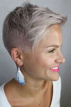 Simple Stylish Cut For Busy Women ? Our collection of short hair trends 2018 will surprise you. You will see all the faves among celebrities: undercut pixie cuts bobs and other popular haircuts. Get inspired for your own latest short cut. Super Short Hair, Short Grey Hair, Short Hair Cuts For Women, Funky Short Hair, Trendy Hair, Short Cuts, Hair Trends 2018, Short Hair Trends, Undercut Hairstyles