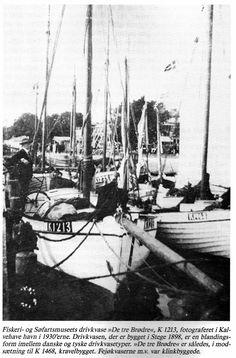 """Fiskeri- og Søfartsmuseets drivkvase K1213 DE TRE BRØDRE i Kalvehave havn i 1930'erne. K1213 er kravelbygget, mens K1468 ved siden af er klinkbygget. Kilde: Alan Hjorth Rasmussen, Drivvod i Danmark, Esbjerg 1988. Af andre danske bøger om kvaser kan nævnes """"Kvaser og kvasefart fra Læsø"""" og """"Kvaser og kvasefart fra Sydfynske Øhav""""."""