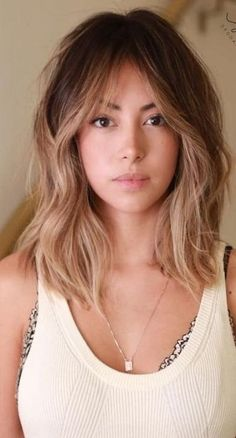 35 tendances coiffures cheveux mi longs 35 trends hairstyles mid-length hair Hair can lead to empathy or hate for a Prom Hairstyles For Short Hair, Hairstyles With Bangs, Short Haircuts, Long Fringe Hairstyles, Easy Hairstyle, Lob Haircut With Bangs, Trendy Haircuts, Hair Updo, Long Hairstyles With Fringe