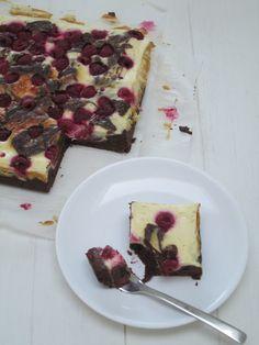 Frambozen-cheesecake brownies. Wil je graag glutenvrije brownies? Vervang het speltmeel dan voor boekweitmeel!
