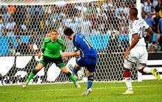 Messi chuta cruzado, à esquerda de Neuer. Por um triz a Argentina não abriu o placar (Foto: AFP) 13/07/2014.
