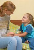 Est-ce la fin du monde, tous les soirs, lorsque vient le temps de mettre votre enfant au lit? Consolez-vous: vous n'êtes pas seule! Et voici 10 conseils simples qui pourraient vous faciliter la vie.