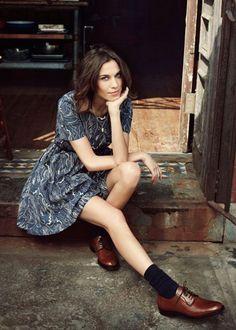 Street style look Alexa Chung com vestido cinza e sapato masculino com meia aparente.