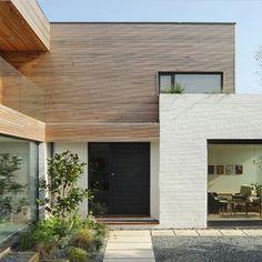 Brick and wood exterior Cedar Cladding, House Cladding, Exterior Cladding, Facade House, Exterior Paint, Exterior Design, White Brick Walls, Brick And Wood, White Bricks