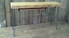 houten bureau op metalen poten