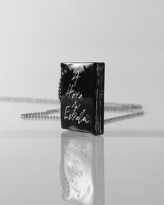 "#Colar longo #Livro A Hora da Estrela. #Clássico de #1977 de Clarice Lispector. A Maior escritora brasileira do século XX. Iniciais ""CL"" gravada na lombada + Wllc na contracapa. #colarismo #literatura #arte #book #slowfashion #avantgard #livro #necklace #crássico #ClariceLispector #escritora #joias #designdejoias #design #escultura #acessórios #joias"