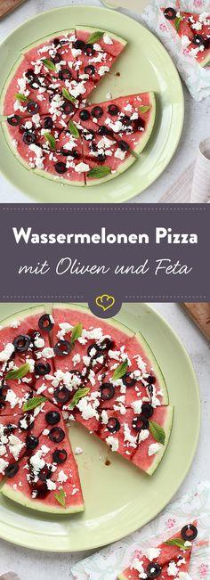 So fruchtig hast du Pizza noch nicht gesehen: Statt Pizzateig bildet Wassermelone die Basis und wird mit würzigen Oliven und Feta belegt.