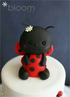 If I ever have a baby, ladybug baby shower would be my theme!Ladybug baby in clay. Fimo Polymer Clay, Polymer Clay Animals, Polymer Clay Projects, Polymer Clay Creations, Ladybug Cakes, Baby Ladybug, Ladybug Party, Cupcakes, Cupcake Cakes