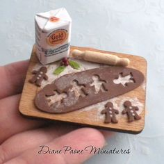 Making Old Fashioned Gingerbread Cookies Preparation Board. This would be super easy to do - mini gingerbread man hole punch through the thin baked clay, a printie for the flour and I already have a mini rolling pin somewhere. Miniature Kitchen, Miniature Crafts, Miniature Christmas, Miniature Food, Miniature Dolls, Polymer Clay Miniatures, Dollhouse Miniatures, Dollhouse Ideas, Doll Crafts