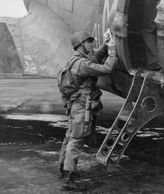 82nd Airborne paratrooper before Operation Overlord, pin by Paolo Marzioli