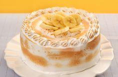 BANANA DELUXE: Sedoso bolo chiffon de banana e laranja, recheado com bavarois geladinho de caramelo e fatias de banana, envolto por merengue italiano corado. Suave, muito saboroso e doce na medida certa!