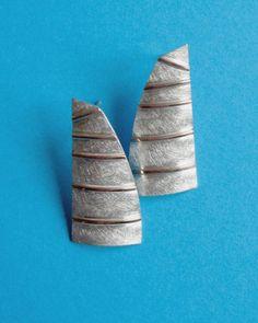 Maatwerk in opdracht: oorbellen van zilver en roodgoud met het thema zeilen.