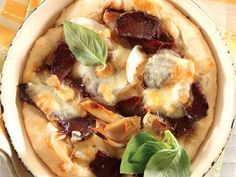 Panpizza met toby's biltong. Jy kan sommer by die supermark brooddeeg koop vir die pizzabasis.