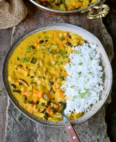 Indian vegetable curry with coconut milk and pineapple. This curry recipe is healthy, vegan, gluten-free and delicious. Goes well with rice, potatoes and bread! Vegetable Curry Coconut Milk, Slow Cooker Vegetable Curry, Easy Vegetable Curry, Coconut Curry, Vegetable Salad, Healthy Recipes, Curry Recipes, Vegetarian Recipes, Tempeh