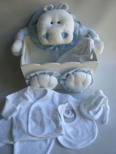 Una presentación en caja decorada porta cosméticos hipopótamo celeste  conteniendo: -Batita cruzada de algodón y delicado bordado, con ranita - Babero de doble algodón bordado. - Gorrito con nudo realizado en algodón -presentado en bolsa de algodón bordada -opcional cartel de bienvenida