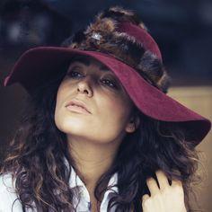 URBAN WARRIORhaarvilt hoed met nep bont harnas accessoire Deze vilt hoed wordt gemaakt van kwalitatief konijnenvilt en wordt standaard uitgerust met een afneembaar lederen bandje en een verwisselbaar faux fur harnas accessoire. Konijnenvilt is zacht, glad en bestand tegen regen. Small 55-56cm -Medium 57-58cm -Large 59cmGratis verzending (België & Nederland). Elke hoed wordt op maat afgewerkt en verzonden in een luxe opbergdoos. Reken op een levertijd van 10 werkdagen.
