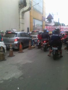 Crowded traffic at the same time in Ramayana Mall Serang.